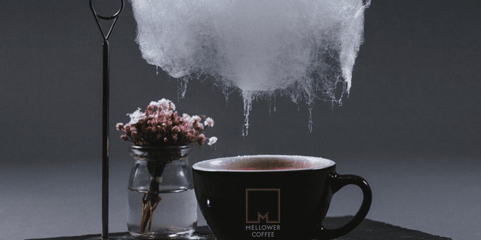 koffie met een suikerspinwolk